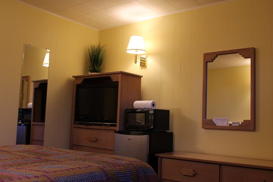 Mancos, CO: Queen room with refrigerator, microwave, cable, AC, coffee maker