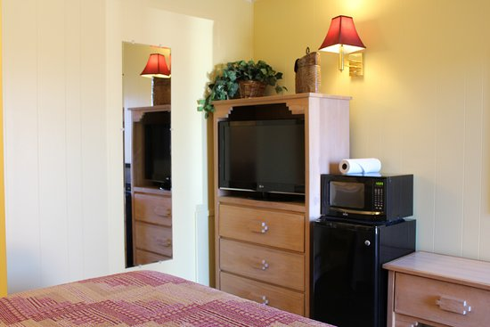 Mesa Verde Motel: Queen room with refrigerator, microwave, cable, AC, coffee maker