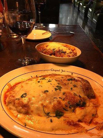 Daly City, Kalifornien: Veal parmigiana with ravioli side and Chianti