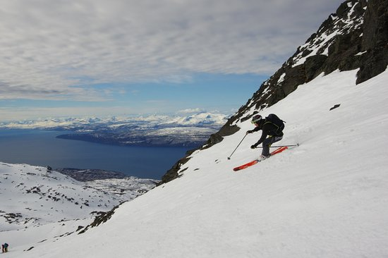 Narvik Municipality, Noruega: Skiing down Mount Rombakstötta with the city of Narvik below