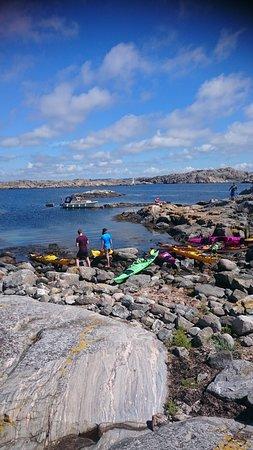 Tjorn, Sverige: Långt ut i skärgården vid ön Flatholmen paddlade vi ut och hade en fantastisk dag bland kobbar o
