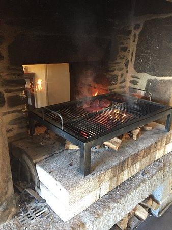 Saint-Meloir-des-Ondes, Francia: Viande cuite au feu de bois