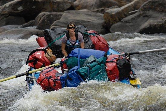 """Warrensburg, Estado de Nueva York: Krystal tackling the """"Narrows"""" in the gear raft."""