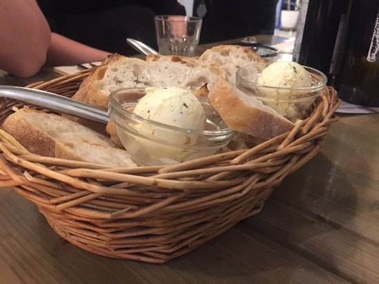 Ristorante Italiano Buschetto: Bread with a delicious spread