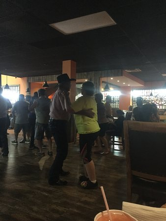 Nuevo Progreso, Mexiko: Dancing time!