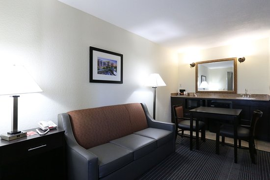 Econo Lodge Inn and Suites: King Suite living room