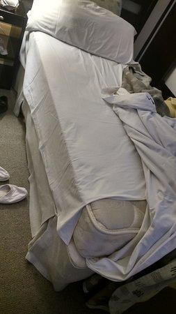 Montanas Azules Apart Hotel: La sabana de abajo no cubria el colchon completamente como se observa