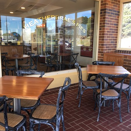 Heatherbrae's Pies: Great spot for a pit-stop!!