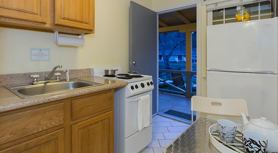 Upper Lake, CA: Lakeside Kitchenette Rooms - The Lodge at Blue Lakes