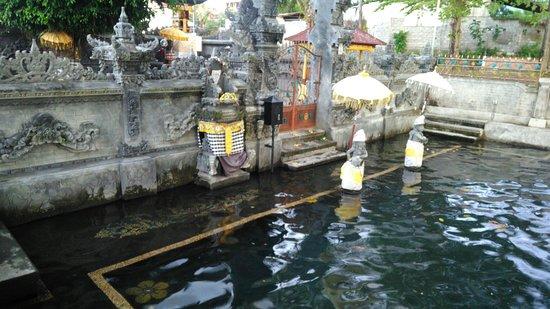 Anturan, Endonezya: Pura Ayu Taman Petirtan Mumbul