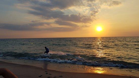 Zambales Province, Filippinerna: Skim boarder in Liwa-liwa beach Zamabales