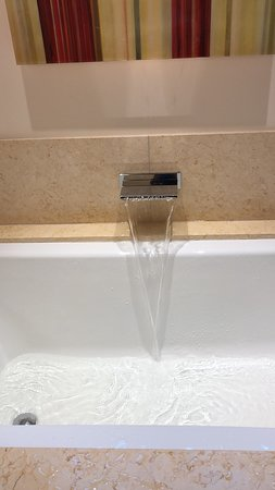 Menlo Park, Californië: This is the bath tube faucet with water coming out like a small waterfall. Put soap on top.