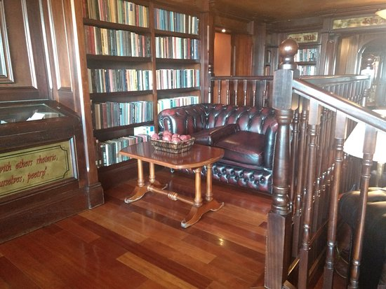 Irish Cottage Boutique Hotel: Library
