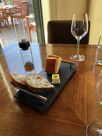 Menlo Park, Californië: Before the tasting menu starts, bread, the butter has olive oil