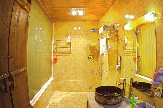 Lvye An Jia: 天字2号房卫生间(浴室),6平米,高克数毛巾浴巾,全套多芬洗浴品,消毒液,洗手液...