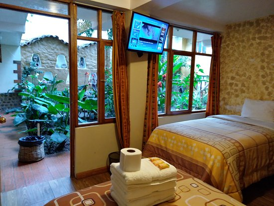 Hostel Andenes: Triple room with a garden view