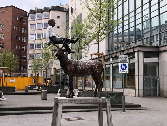 """Skulptur """"Mann mit Hirsch"""""""