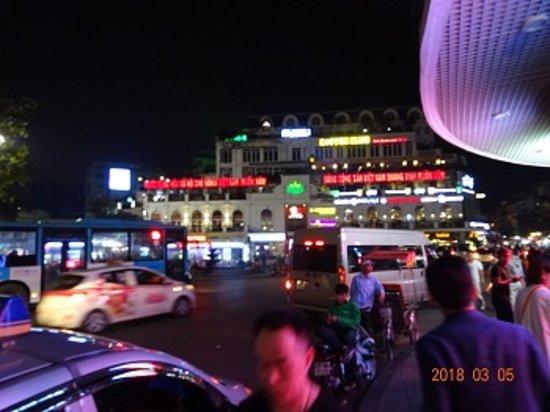 Cau Go Vietnamese Cuisine Restaurant: 左手にホアンキエム湖 左手のビルの5Fです