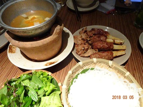 Cau Go Vietnamese Cuisine Restaurant: お肉をスープに漬けて麺とともにいただきました