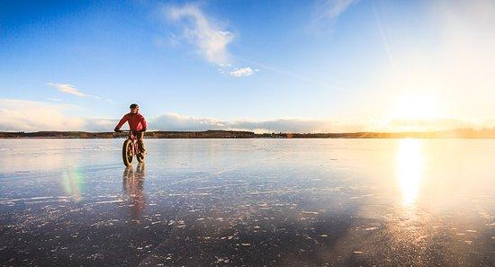 Jyväskylä, Finnland: Fatbike trip on frozen lake, photo by: Tero Takalo-Eskola