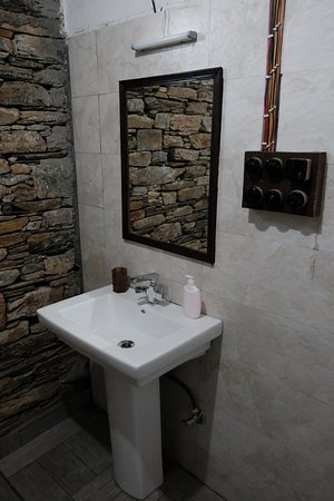 Nainital District, Ινδία: Spacious Bathroom