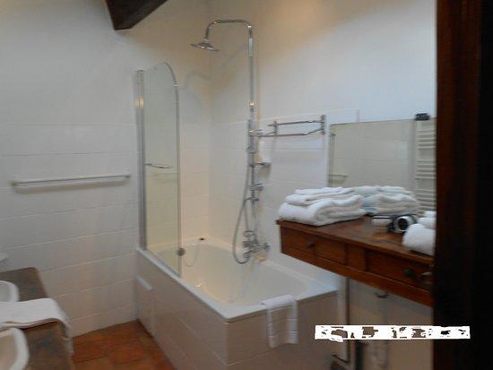 """Saint-Pierre-des-Champs, Francja: salle de bain suite familiale """"le chemin de ronde"""""""