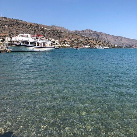 Schöne kleine Bar direkt am Meer