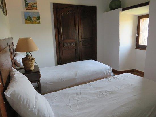"""Saint-Pierre-des-Champs, Francja: chambre à 2 lits simples suite familiale """"le chemin de ronde"""""""