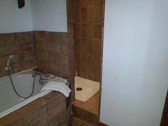 """Saint-Pierre-des-Champs, Francja: salle de bain suite familiale """"lou masso"""""""