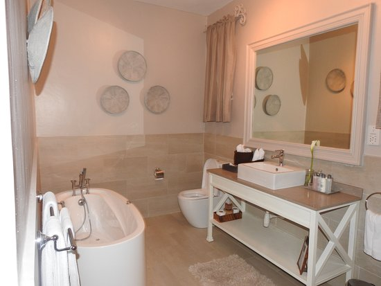 Palacina Residence & Suites: A bathroom with a big space!
