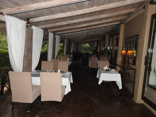 Palacina Residence & Suites: Out-door restaurant at the veranda!