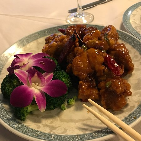 Wellesley, Массачусетс: General Gau's Chicken prepared GLUTEN Free!  Just as good as the original!