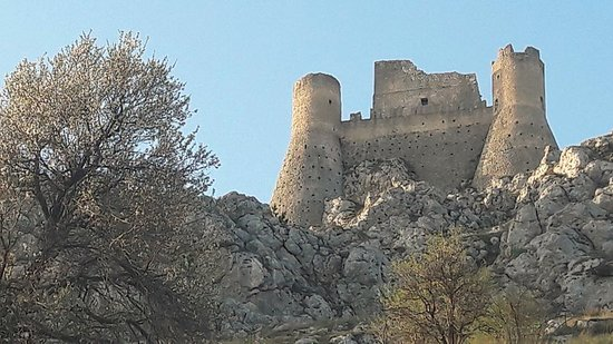 Rocca Calascio è la famosa fortezza usata come set per i film: Lady Hawke ed il Nome della Rosa