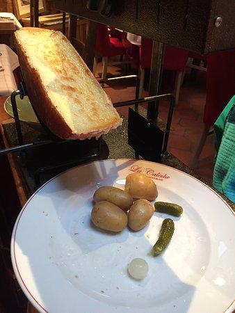 La Calèche: La Raclette au couteau fumée au feu de bois «fromage en demi-lune»