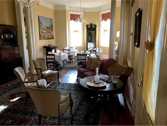 Dupont Mansion B&B: looking towards the back parlor