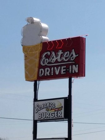 Lincoln, MO: Hand breadead tenderloins, fresh hamburger, and the best ice cream on the way to the lake!!