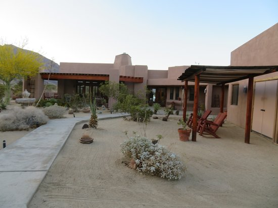 Borrego Valley Inn : Plenty of places to sit and enjoy the peace.