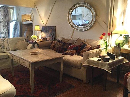 La Trimouille, France : le salon est très comfortable avec trois canapés