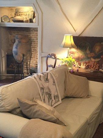 La Trimouille, France : le salon avec quelques des antiquités de la propriétaire