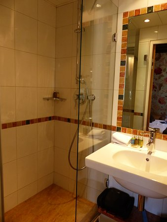 Hotel Saint Paul Rive Gauche: Room # 4. Updated bathroom with excellent shower and sink area.