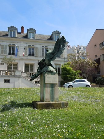 Bougival, فرنسا: La sculpture de l'aigle