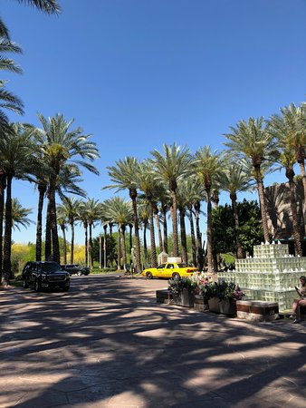 Hyatt Regency Scottsdale Resort and Spa at Gainey Ranch: Entrance drive and fountain