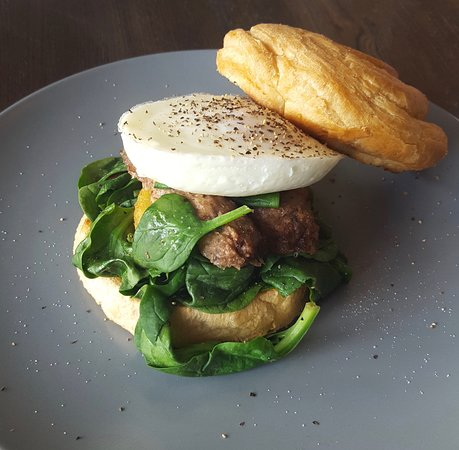 Bexhill-on-Sea, UK: The vegetarian breakfast croll: spinach, hash brown, vege sausage and egg, in a croll bun.