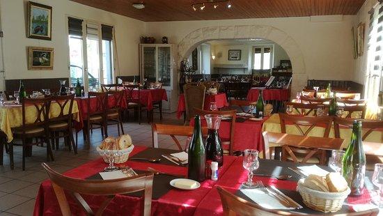 Au Rendez-Vous des Pecheurs: La salle du restaurant avant le service du midi, le mardi 24 avril 2018. Ambiance chaleureuse