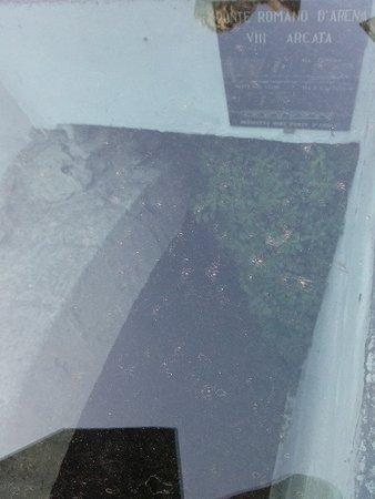 Ponte Dei Leoni: Sotto il vetro posto a pavimento i resti del ponte d'Arena- romano