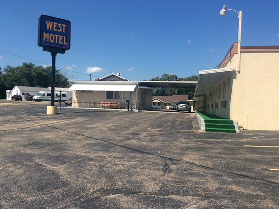 Freeport, IL: Hotel Exterior & Sign