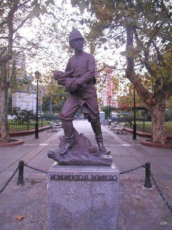 Plaza de los 33 Orientales: momumento do bombeiro