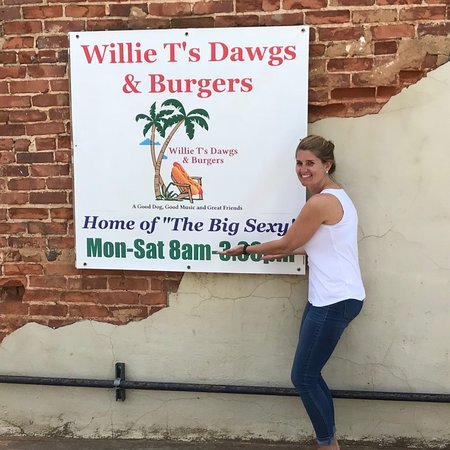 Hiram, GA: Willie T's Dawgs & Burgers