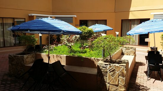 Matabungkay Beach Resort & Hotel: inner patio common to the units of a villa