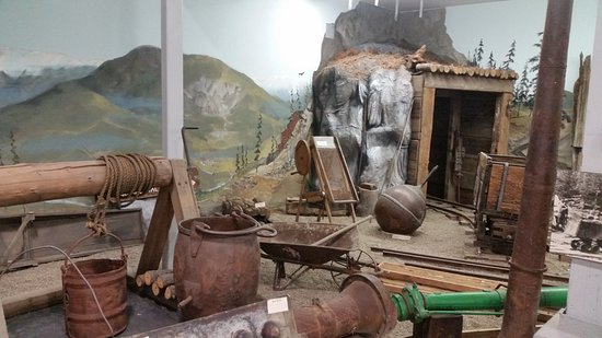 Baker Heritage Museum: Old gold mine display